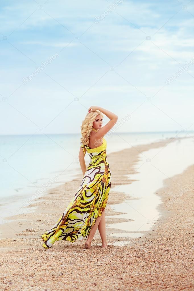 Желтое платье на море
