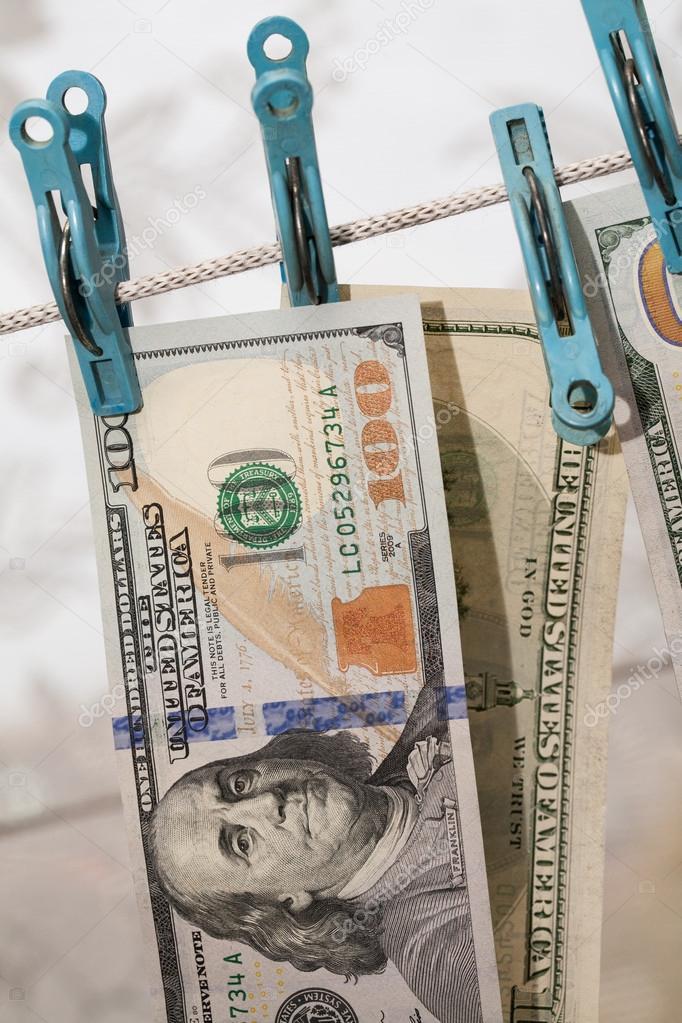 Soldi di essiccazione sul clothesline. Il concetto di riciclaggio di denaro — Foto Stock