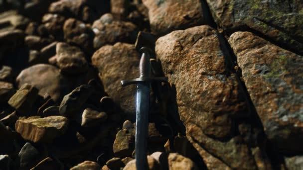 alter Dolch auf dem Felsen bei Sonnenuntergang