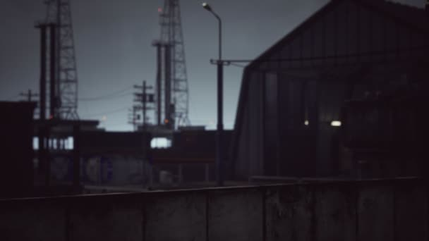 Průmyslová zóna za tmavého oblačného počasí