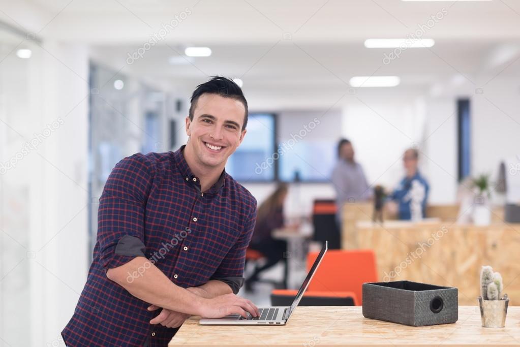 Bureau Homme Moderne : Entreprises de démarrage portrait de jeune homme au bureau moderne