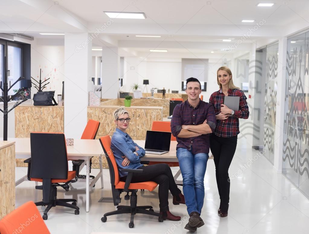 Gens d affaires du groupe portrait au bureau moderne