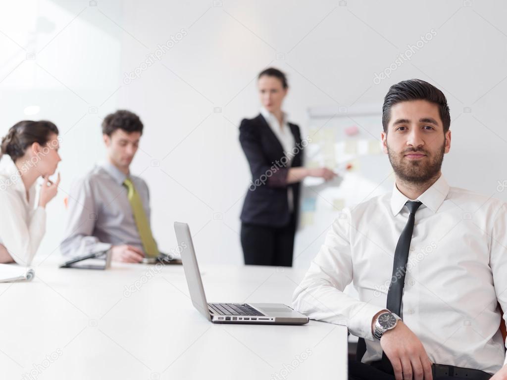 Portrait d un homme d affaires arabe moderne jeune au bureau