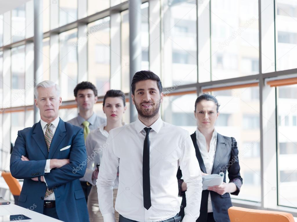 Portrait de groupe de gens d affaires au bureau moderne