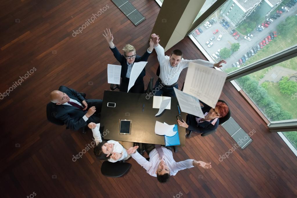 Groupe de personnes d affaires heureux sur réunion au bureau