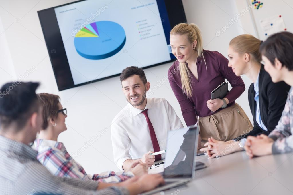 Groupe de personnes jeunes entrepreneurs sur réunion au bureau