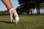 detail golfového hráče rukou uvedení míč na tričko