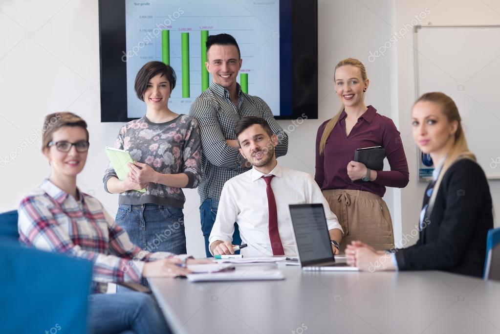 Portrait de groupe de gens d affaires chez bureau moderne salle