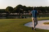 golfista zpět na hřišti při pohledu do otvoru ve vzdálenosti