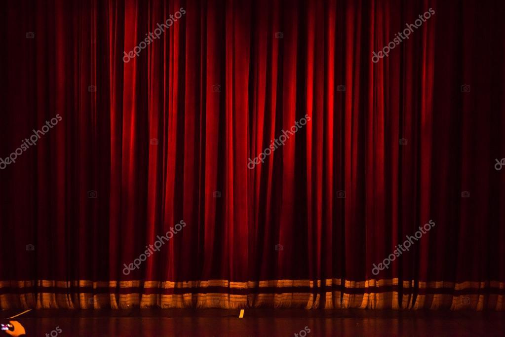 Rideau de scène ou rideaux fond rouge — Photographie .shock © #120706006