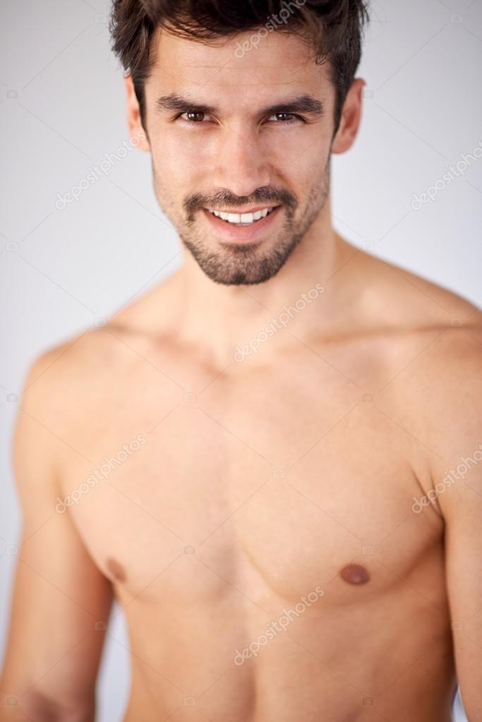 Beau Jeune Homme torse nu beau jeune homme en jeans — photographie .shock © #79788738