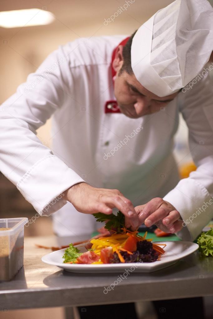 cuoco unico in cucina preparando e decorazione cibo — Foto Stock ...