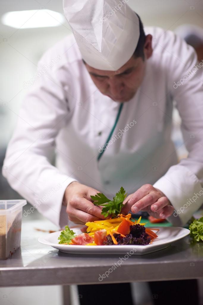 Koch in der Küche vorbereiten und dekorieren von Essen — Stockfoto ...