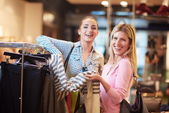 Fotografie glückliche junge Mädchen in Einkaufszentrum