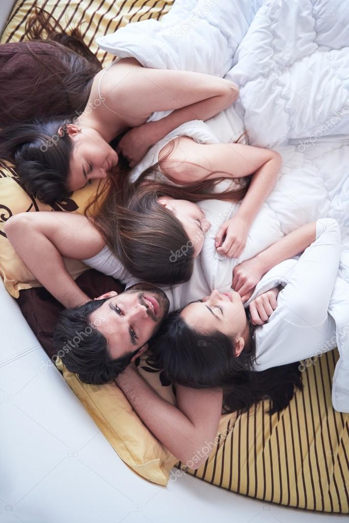 Видео один парень и три девушки пирамида онлайн девушек