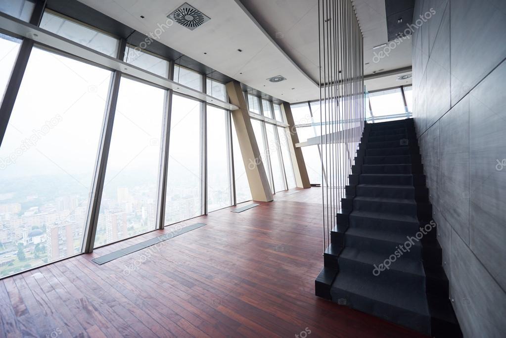Leere Penthouse, Moderne Helle Büro Duplex Wohnung Interieur Mit Treppe Und  Grossen Fenstern U2014 Foto Von .shock