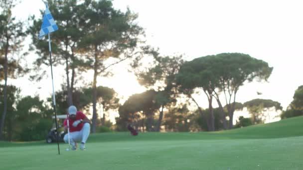 golfové školy, trenér a žena praxe