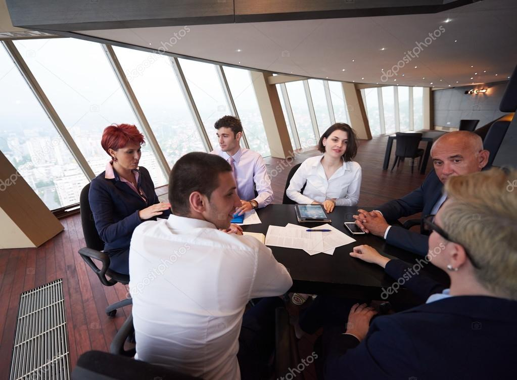 Groupe de personnes d affaires réunion au bureau moderne