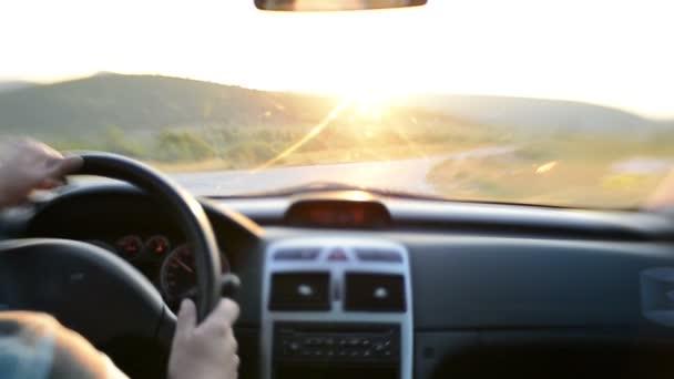 Muž, řídit auto na zemi výlet v přírodě