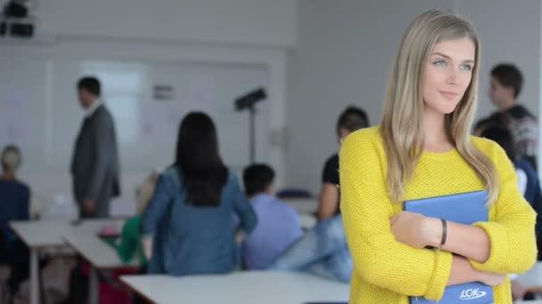 Skupina studentů s učiteli v počítačové učebně