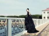 Fotografie Dunkle Prinzessin auf der Brücke