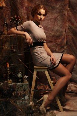 "Картина, постер, плакат, фотообои ""модель, сидящая на стуле фото арт"", артикул 107001744"
