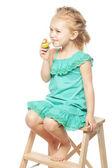 Fotografie kleines Mädchen mit Ölaustritte Spielzeug