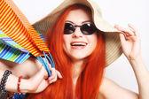 vonzó redhair bevásárló nő