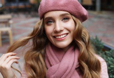 """Картина, постер, плакат, фотообои """"крупный план портрета молодой женщины с длинными волнистыми волосами, в розовом берете, сумер день"""", артикул 461412262"""