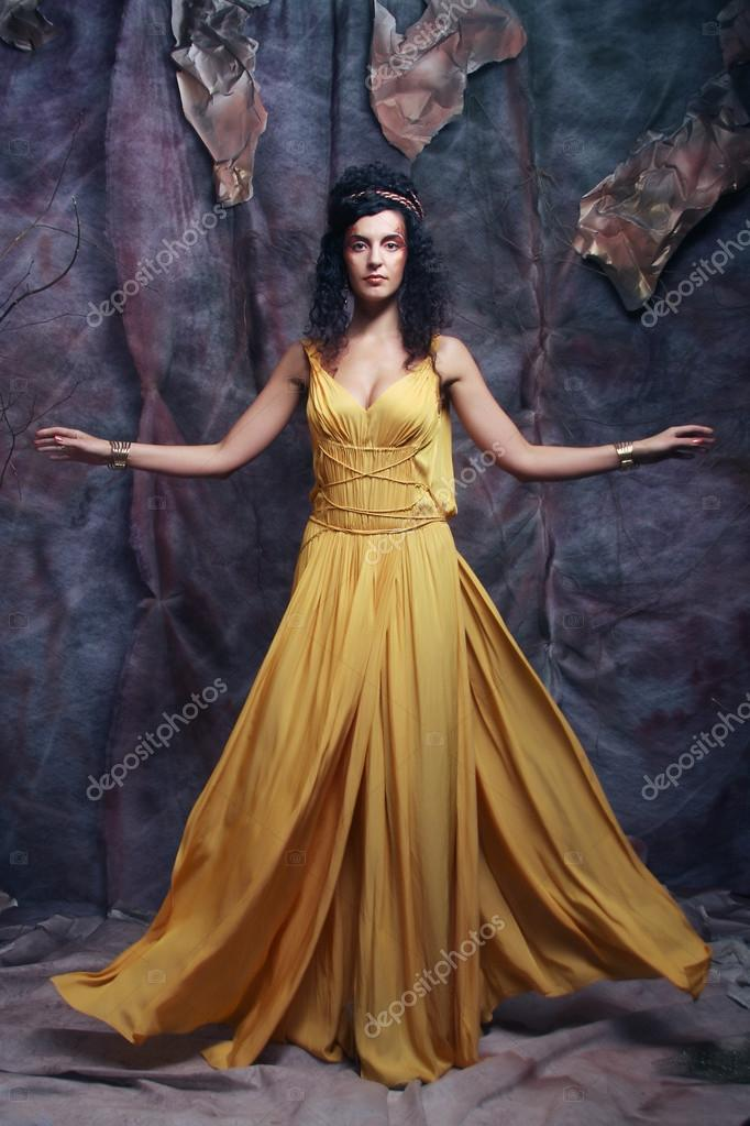 346173b7d1a0 μελαχρινή γυναίκα φοράει κίτρινο Φόρεμα Κουμπάρας... — Φωτογραφία ...