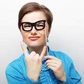 Játékos fiatal nők kezében egy party szemüveg.