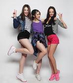 mladé dívky přátel tanec radosti v celých délkách