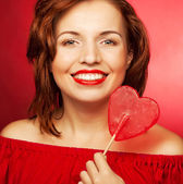Fotografie glückliche Frau mit Herz-Bonbon-Lolly pop