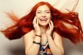 šťastná žena s dlouhé splývavé červené vlasy