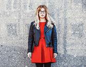 donna di hipster in abito estivo casual elegante