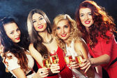 Fotografie holky, cinkání flétny s šumivým vínem