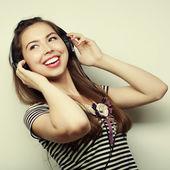 Fényképek fiatal boldog nő, fejhallgató, zene