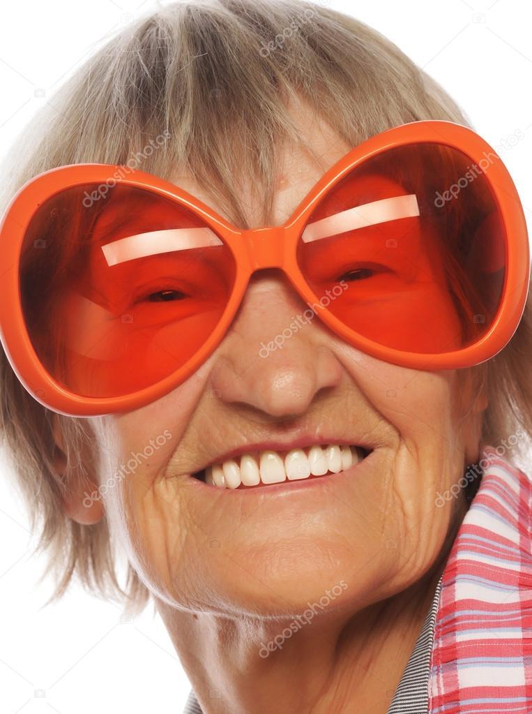 5490cca6fc41c Mulher feliz sênior de óculos grande fazendo ação funky — Fotografia de  Stock