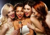 Čtyři krásné stylové dívky zpívat karaoke