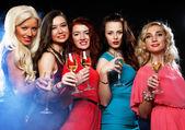 Fotografie párty holky cinkání flétny s šumivým vínem