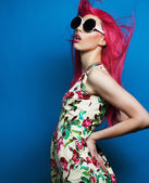 Krásná modelka s růžovými vlasy
