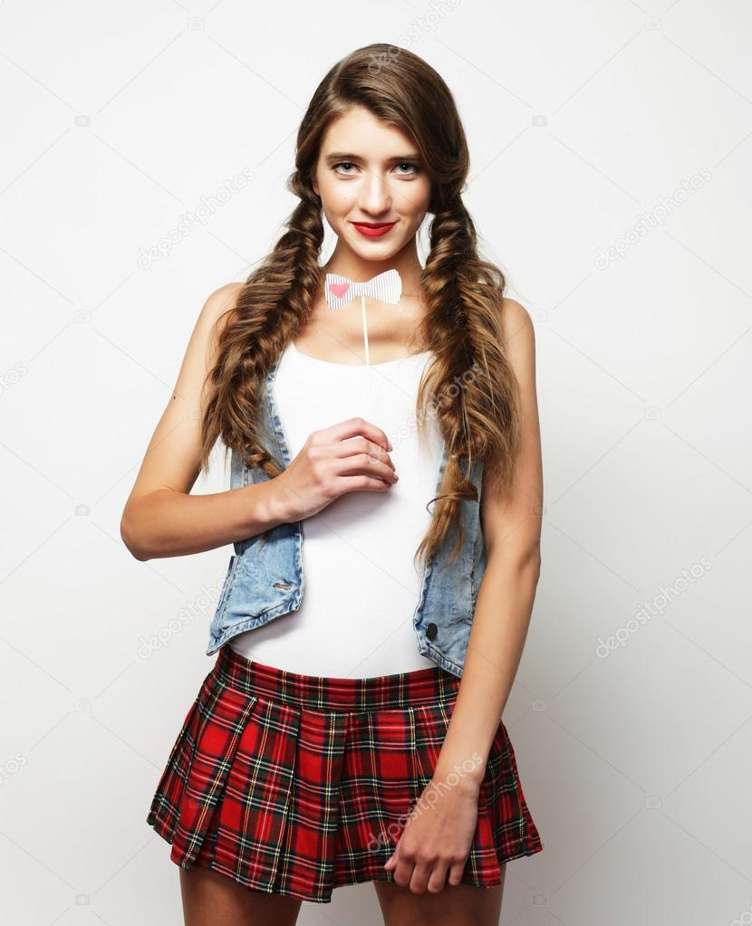 1b17dc06deeb35 Mooie student meisje kort rokje te dragen. Op witte achtergrond — Foto van  ...
