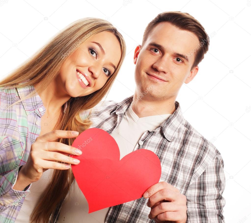 feliz pareja de enamorados con corazón rojo fotos de stock