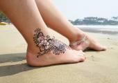 Fotografie Henna-Tätowierung an Füßen in Indien