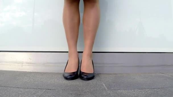 Podnikání žena nohy v městě s podpatky chůzi