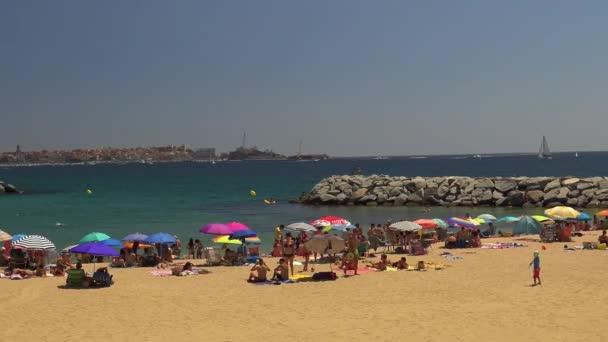 Pláže v malé vesničce Sant Antoni de Calonge (Costa Brava) ve Španělsku v slunečný letní den