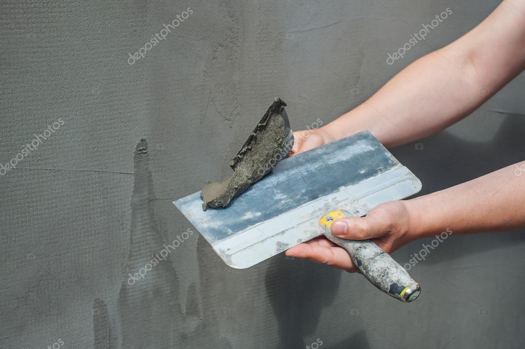 Der Erbauer put Mörtel an die Wand. Verputzen von Wänden ...