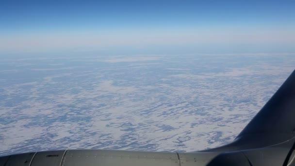 Pohled z okna letadla létající