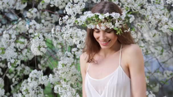 mladá žena se těší vůně Kvetoucí strom
