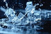 ledové kostky s stříkající vodě